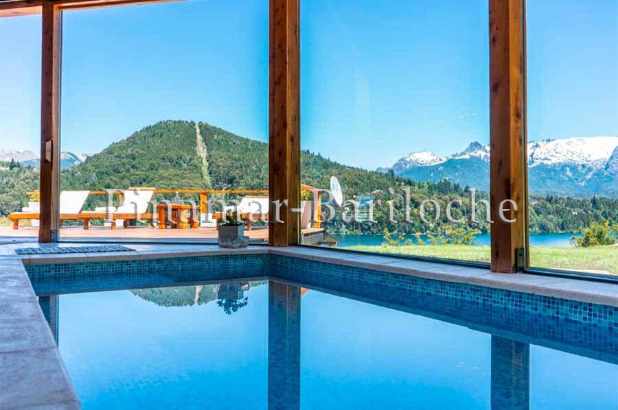 casa en alquiler en bariloche con costa de lago, muelle, pileta exterior e interior cubierta